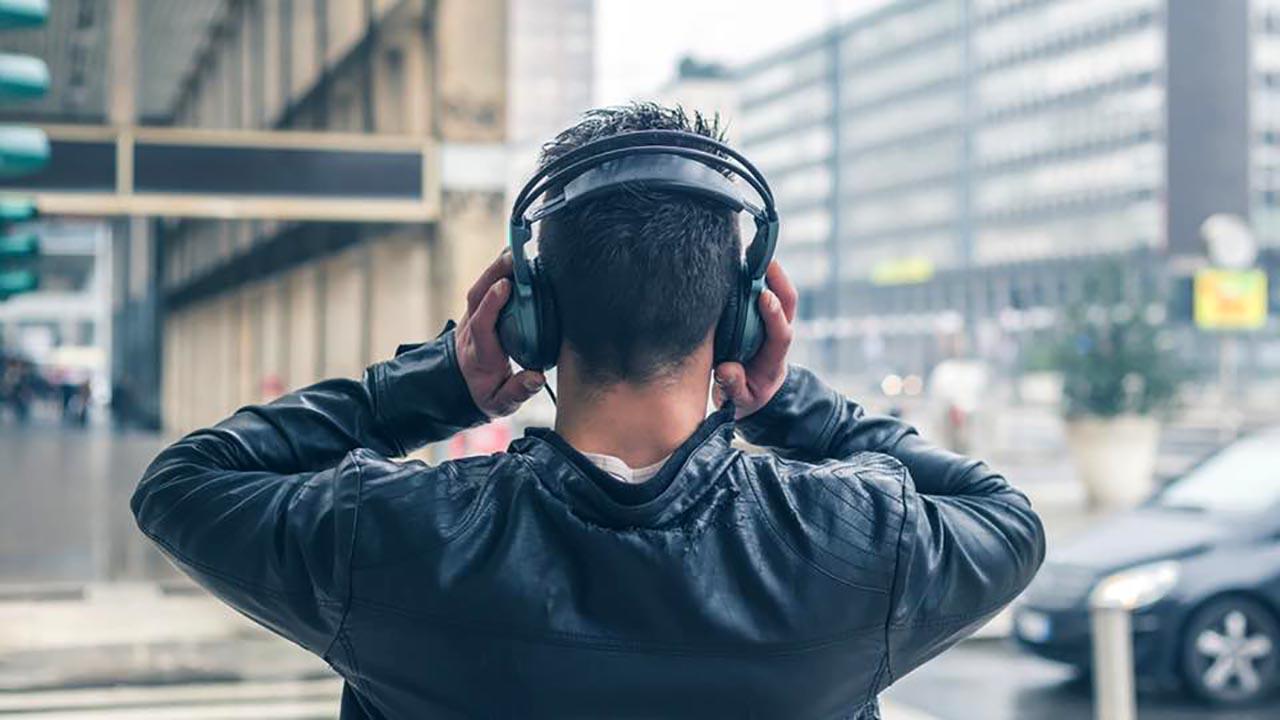 Музыка из наушников : вред или польза?